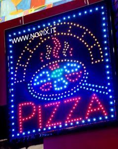 Écriteau lumineux avec écrit Pizza