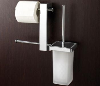 Un bar avec brosse de toilette et double porte