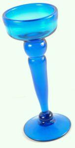 Unterstützung von Kerzen in blauen Glas
